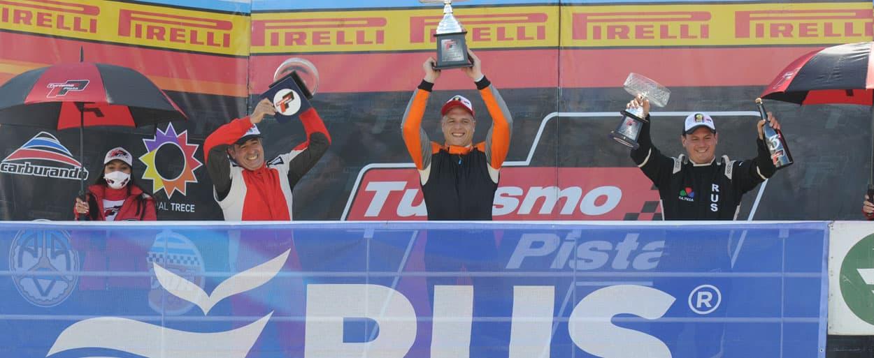 Franco Fauret celebrando en lo más alto del podio (foto APTP)