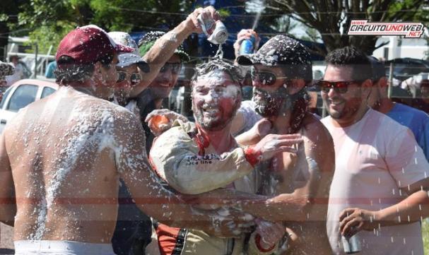 Fernando Currá y su grupo de amigos festejando el título