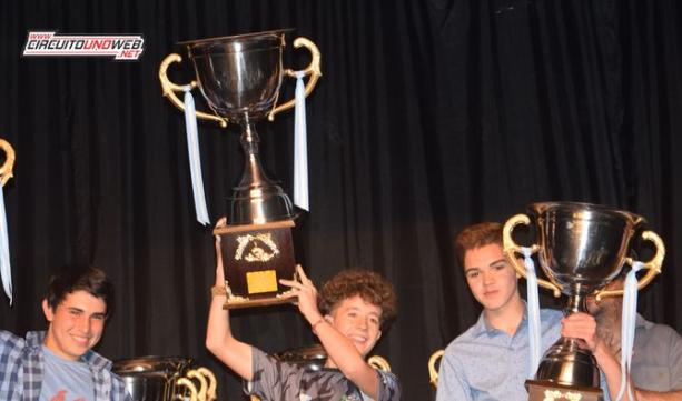 Nicolás Benito levanta al copa de campeón