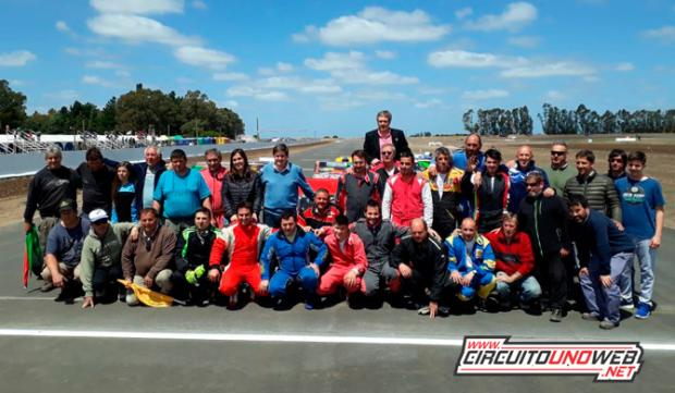 La primera postal del autódromo, los pilotos locales junto al Intendente y autoridades y colaboradores del Club Independiente (foto Leo Moreno)